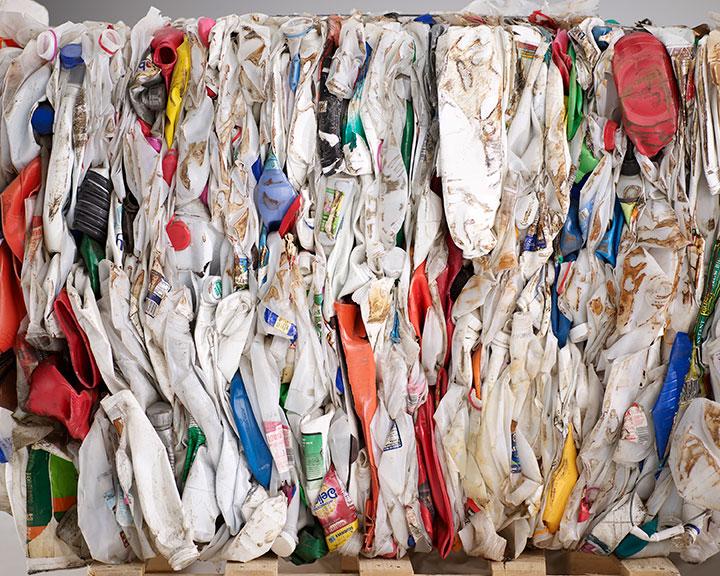 Plastica e rifiuti recuperati per la produzione degli arredi Herman Miller